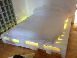 Bett aus Paletten mit LED 1
