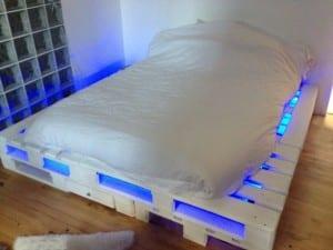Bett aus Paletten mit LED