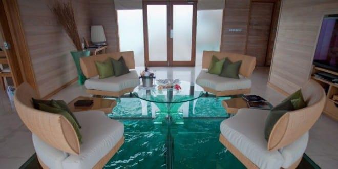 Esstisch auf verglastem Wasserbecken