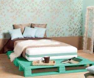 Palettenbett in blauer Farbe