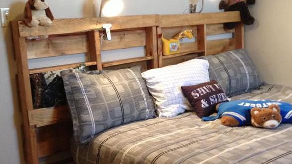 Palettenbett mit Aufbewahrungsnischen
