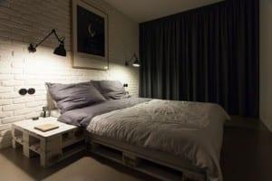 Palettenbett mit Nachttisch