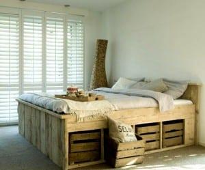 Palettenbett mit Schubladen aus Holzkisten
