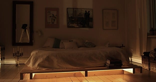 Palettenbett mit dezenter Beleuchtung