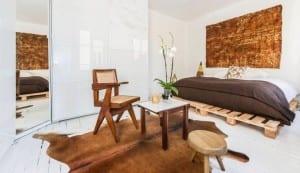 weiß dekoriertes Schlafzimmer mit Palettenbet