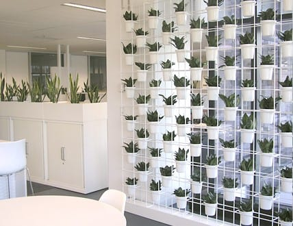 Wand mit haengenden Blumentoepfe - fresHouse