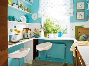 kleine Küche in blau und weiß