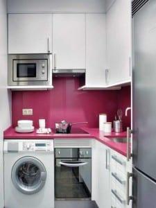 kleine Küche in rosa und weiß