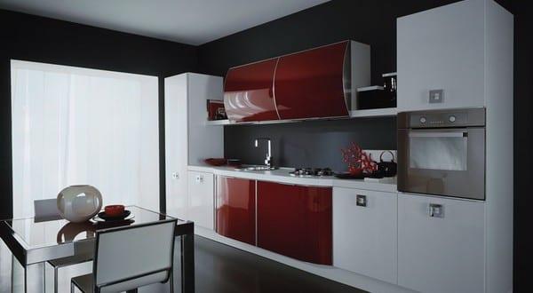 kleine Küche in schwarz und rot 1