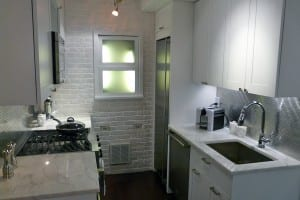 kleine Küche in weiß mit Panelwand aus Ziegelstein
