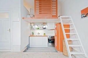 kleine Küche in weiß und orange