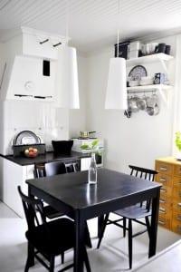 kleine Küche in weiß und schwarz