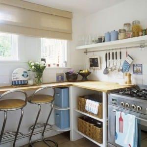 kleine Küche mit Draht Regalsystem