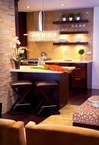 kleine Küche mit Panelwand aus Ziegel und Naturstein
