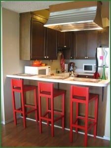 kleine-küche-mit-roten-barhocker