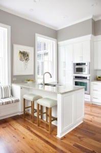 weiße-kücheinsel-zwischen-küche-und-wohnzimmer