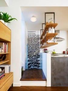 kleine Küche mit ausgehängten Regalen