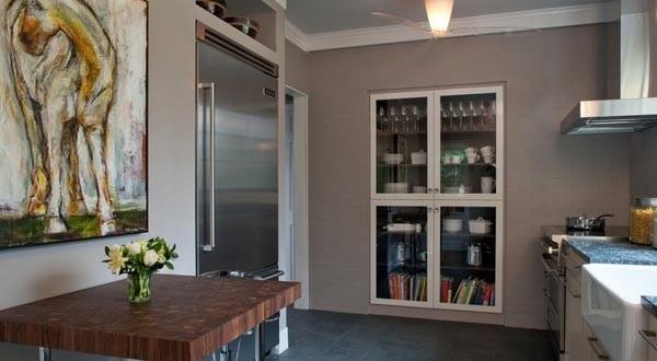 kleine Küche mit eingebauten Schränke in der Wand