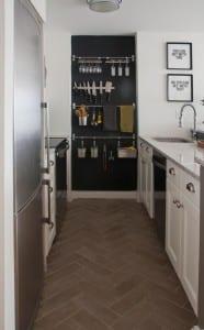 interessante-wandgestaltung-in-der-küche-für-das-geschirr