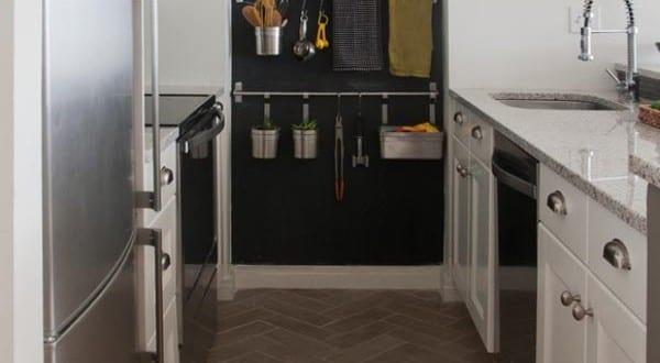 kleine Küche mit schwarzer Wand