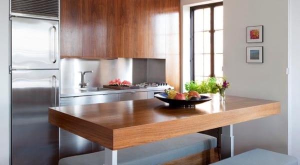 kleine Küche mit stellbarem Tisch aus Holz