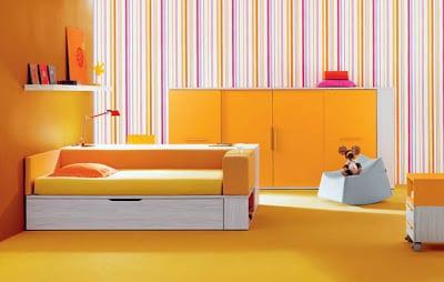 minimalistische Einrichtung des Kinderzimmers in gelb