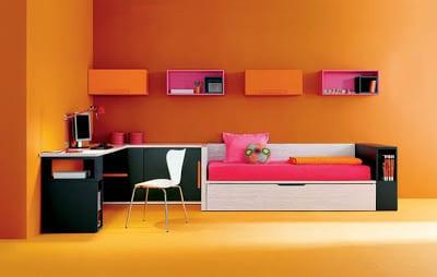 minimalistische Einrichtung des Kinderzimmers in orange