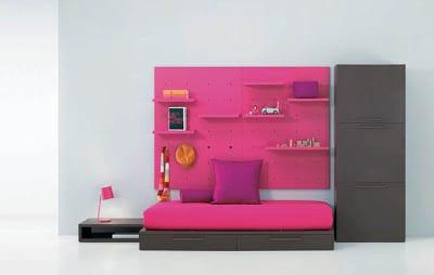 minimalistische Einrichtung des Kinderzimmers in rosa