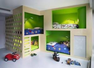 minimalistische Einrichtung des Kinderzimmers mit Schlafnischen