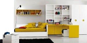 minimalistisches-kinderzimmer-in-weiß-mit-gelbem-schreibtisch