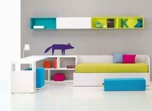 minimalistische Einrichtung des Kinderzimmers mit Sofa