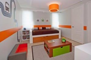 minimalistische Einrichtung für Kinderzimmer mit Spieltisch in der Mitte