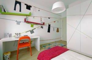 minimalistische Einrichtung des Kinderzimmers mit Wandregalen
