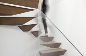 moderne Innenraumtreppe mit auskragenden Holzstufen von Gerstner Architects