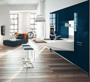 kleine-küche-in-weiß-und-blau-mit-freistehender-theke
