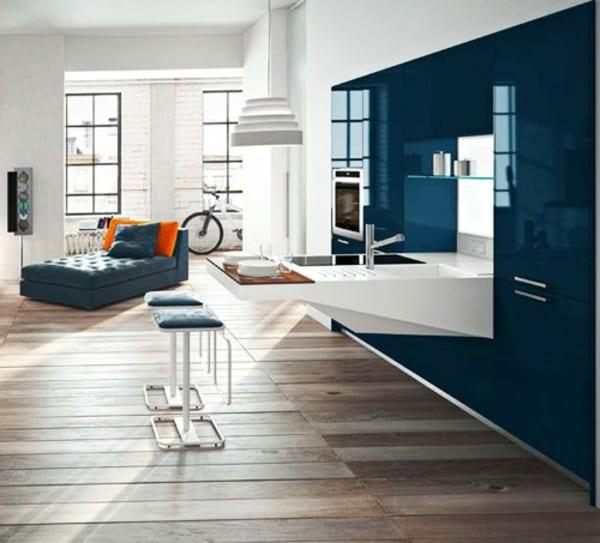 Kleine Küche In Weiß Und Blau Mit Freistehender