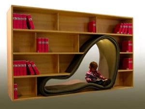 modernes Bücherregal mit saitzmöglichkeit