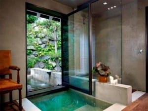 Innenraum wasserbecken als Zugang zum Garten