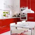 moderne Küche in rot und weiß