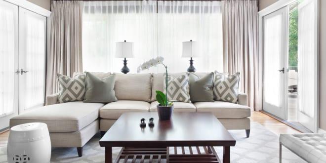 Kleines wohnzimmer einrichten l förmiges sofa und kafeetisch aus holz