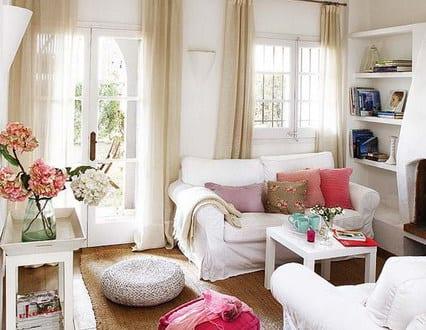 kleines wohnzimmer einrichten wei e sitzkissen freshouse. Black Bedroom Furniture Sets. Home Design Ideas