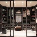 Wohnidee_Ankleideraum mit Glasschiebetüren und dezenten Deckeleuchten