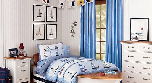 Kinder Maritimes Schlafzimmer Mit Holzboden Und Weißen Wänden
