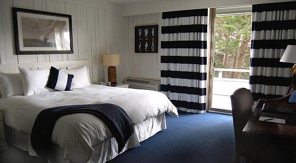 maritimes schlafzimmer mit blauem teppichboden - fresHouse