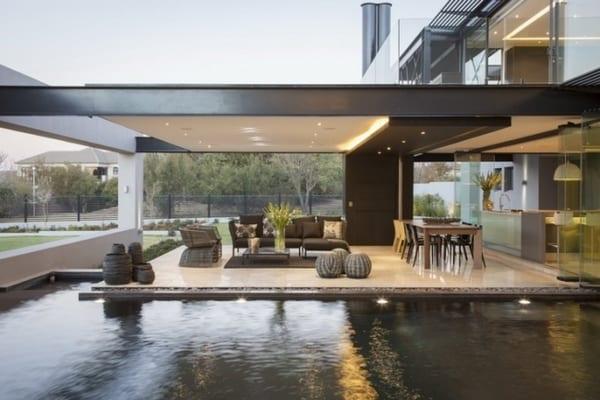 moderne überdachte terrasse mit sweeming pool - fresHouse