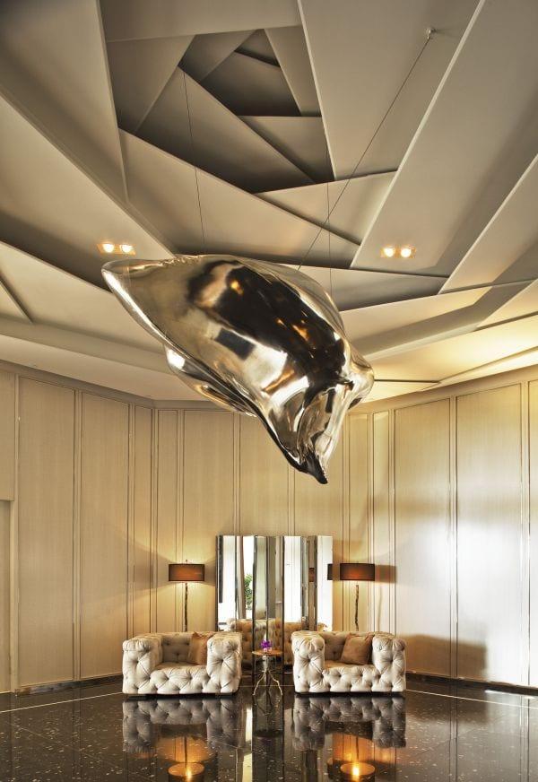 Moderne Deckengestaltung   Moderne Deckengestaltung In Grau Mit Hangende Skulptur Aus Metall
