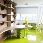 büroräume mit büroausstattung in grün-holzwandverkleidung mit holzwandregalen-grüner boden-bürokontainer grün