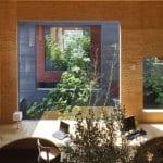 minimalistisches büro office mit panoramafenstern und holzbürotisch