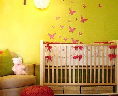 Babyzimmer Gestalten Gelbe Wand Mit Roten Schmwtterlingen Freshouse