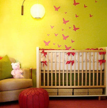 babyzimmer gestalten gelbe wand mit roten schmwtterlingen. Black Bedroom Furniture Sets. Home Design Ideas